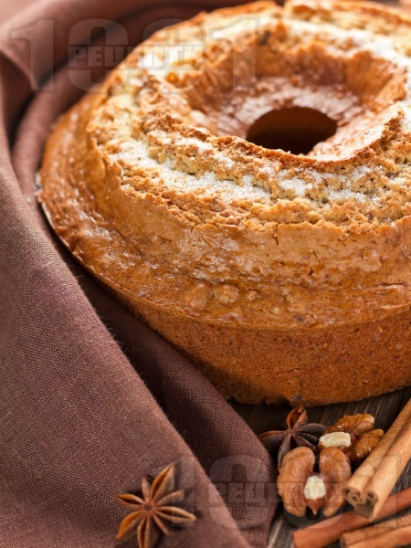 Пухкав канелен кекс с орехи, ябълки, кисело мляко и бакпулвер в кръгла форма - снимка на рецептата